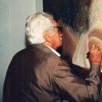 Jorge Amado a assinar um quadro de Renato Rodyner